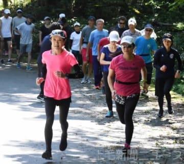 坂道でのトレーニングに取り組む参加者