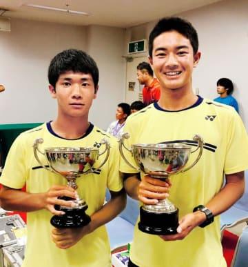 テニス全日本ジュニア選手権の16歳以下男子ダブルスで優勝した片上智貴(左)と丹下颯希(提供写真)
