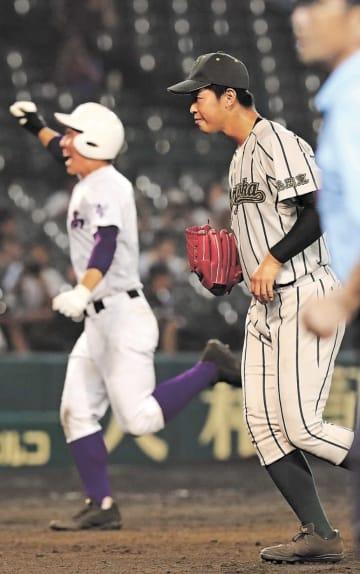 鶴岡東―関東第一 11回裏関東第一2死一、三塁、平川にサヨナラ打を浴び、肩を落とす鶴岡東の2番手池田