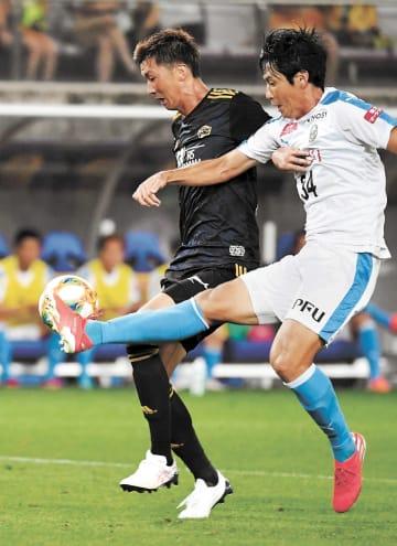 仙台―川崎 後半9分、平岡のパスを受け、相手DFに競り勝ち、同点ゴールを決める仙台・長沢(左)(小林一成撮影)