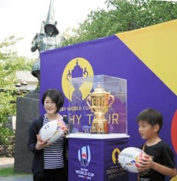 加藤清正公像(後方)の前に展示されたラグビーW杯優勝トロフィーのエリス杯=熊本市中央区