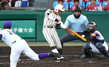 〈鶴岡東―関東第一〉2回表鶴東2死一塁、7番山路将太郎が先制の適時二塁打を放つ=甲子園