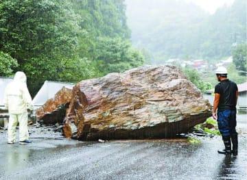 台風10号の大雨に伴う落石で陥没した県道=15日午前8時45分ごろ、つるぎ町貞光西谷