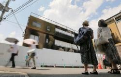 事件から1カ月を迎えても多くの人が訪れる京都アニメーションの第1スタジオ(17日午後1時45分、京都市伏見区)=撮影・佐伯友章