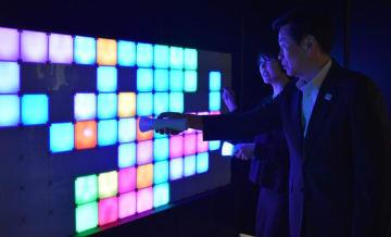 千葉県内大学生による、光と音の「デジタルアート」作品を体験する森田知事(右)=17日、千葉市中央区