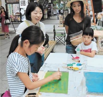 木版画のブックカバー作りを体験する小学生