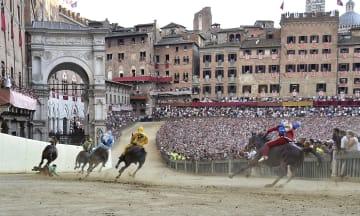 伝統的な競馬祭り「パリオ」開催 イタリア・シエナ