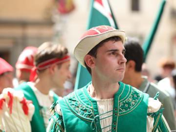 競馬祭り「パリオ」で伝統衣装パレード イタリア・シエナ