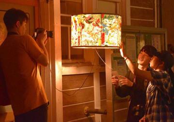 個性あふれる灯籠の絵を鑑賞する観光客=大蔵村・肘折温泉