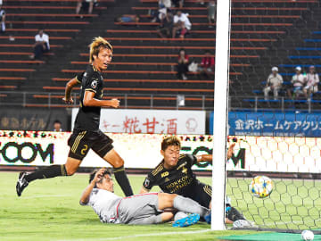 金沢×岐阜=後半、シュートのこぼれ球に詰めて1点を返すDF竹田=石川西部