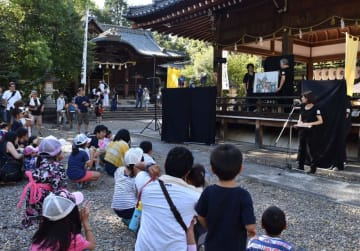 昨年の夏祭りの様子。今年も舞楽殿を中心に催しが企画されている(2018年8月、向日市・向日神社)