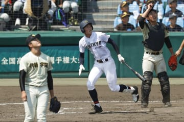 中京学院大中京―作新学院 8回裏中京学院大中京無死、元が左翼ポール際に逆転満塁本塁打を放つ。投手坂主、捕手立石=甲子園
