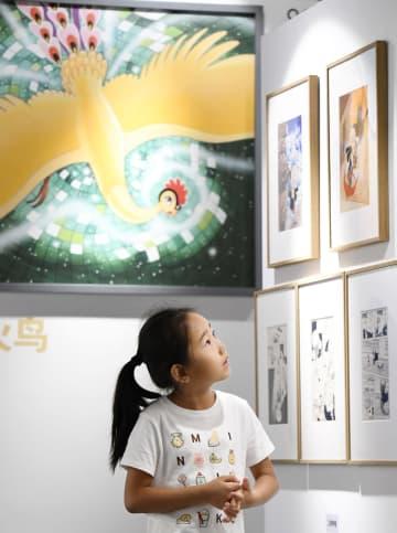 北京で開催されている「手塚治虫特別展」の展示を見る子ども=7月(共同)