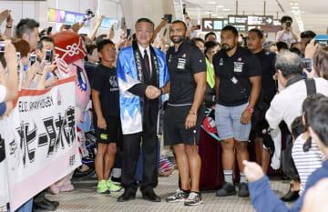 北海道網走市の水谷洋一市長(中央左)の出迎えを受けるラグビー日本代表のリーチ主将(同右)ら=18日午後、北海道・女満別空港