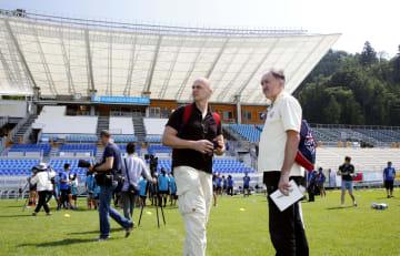 釜石鵜住居復興スタジアムを視察する海外メディアの記者ら=18日午後、岩手県釜石市