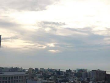 遠くに那覇空港を飛び立った機影が見えます