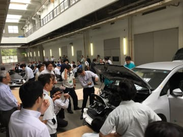 電気自動車を分解して構造を理解してもらう活動を実施