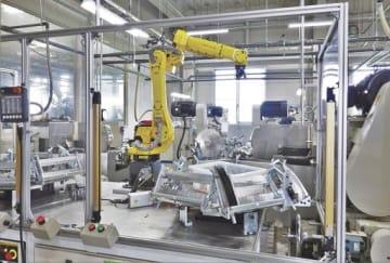 ロボットなどを多用する工場で、IoTやRPAの導入を進めている