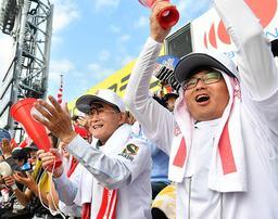 明石商ナインにエールを送る梅田實さん(左)と光一さん親子=18日午前、西宮市の甲子園球場