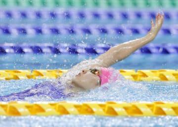 女子100メートル背泳ぎ決勝 1分0秒21で優勝した武南・酒井夏海=熊本市総合屋内プール