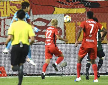 松本―名古屋 試合終了間際、ヘディングで同点ゴールを決める名古屋・赤崎(中央)=サンアル