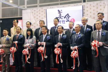 ジャパンパビリオンの開幕式に出席した吉川農相(前列中央)=16日、湾仔(NNA撮影)