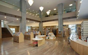 アニメ『君の名は。』の聖地として中国人客にも人気の飛騨市図書館(岐阜県飛騨市。同市の公式webページより引用)