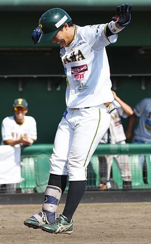 富山-福井 3回裏富山2死一、三塁、右越えの3点本塁打を放ったつよしが、両手を広げジャンプして本塁を踏む=高岡西部