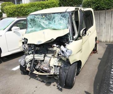 死亡した親子3人が乗っていた軽乗用車=18日午前、飯能署