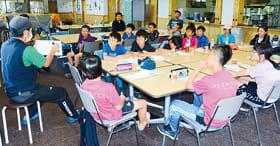 加藤代表の話に耳を傾ける児童たち