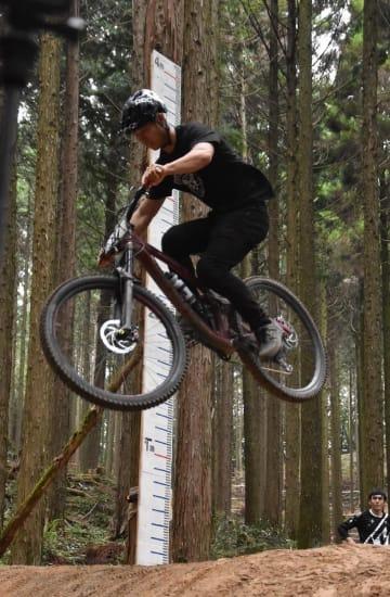 高度なジャンプを披露する選手=佐賀市富士町苣木