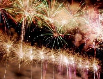 【夜空を彩る「関宿納涼花火大会」=亀山市関町木崎の鈴鹿川河川敷で】