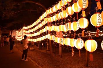 【佐瑠女神社の例祭宵祭で点灯された約2千灯の奉納ちょうちん=伊勢市宇治浦田の猿田彦神社で】