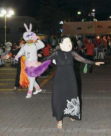 ユニークな衣装で踊る仮装盆踊りの参加者
