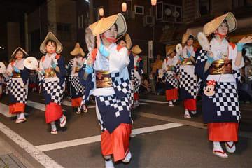 息の合った華麗な踊りを披露する「おしまこ流し踊り」の参加者=18日午後7時10分ごろ