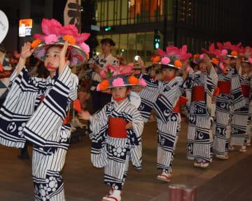 祭りのフィナーレを飾った「親子三代千葉おどり」は2千人規模で行われ、県都の夜を彩った
