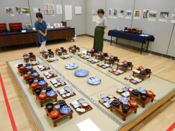 再現された、共有の膳椀を使って自宅で行われた結婚式の披露宴=綾瀬市役所