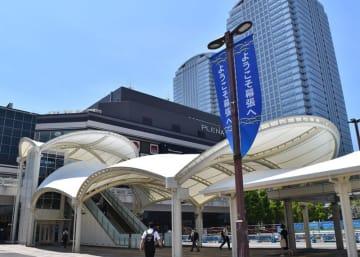 JR海浜幕張駅前にエレベーターとエスカレーターの新設が完了。正面の商業施設2階部分の屋外通路へ上りやすくなった