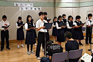 戦争体験の手記を朗読する北池田中演劇部の生徒たち