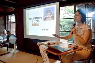 江戸時代、彦根城が将軍上洛の宿泊所として使われていた背景を語る野田さん(彦根市芹橋2丁目・旧磯島邸)