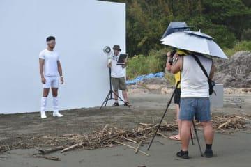 日向市お倉ケ浜海岸で行われた「TOOT」2020年春夏コレクションの撮影