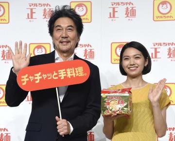 新CM発表会に登場した役所広司(左)と二階堂ふみ=19日、東京都内