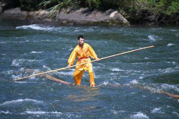 丸太で川下り 「独木冲浪」の絶技を披露 福建省寧徳市
