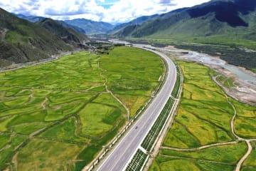 空から見た拉林道路沿いの初秋の風景 チベット自治区