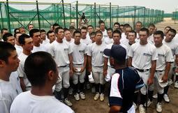 練習の最後、狭間監督の言葉に耳を傾ける明石商の選手たち=明石市の同校グラウンド