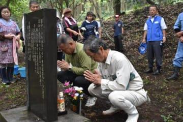 事故で犠牲になった復員兵56人の冥福を祈る参加者