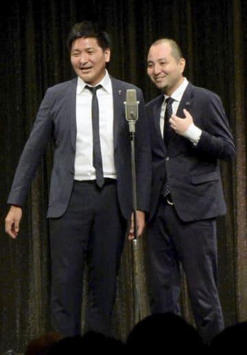 劇場公演で復帰し、漫才を披露する「スリムクラブ」の真栄田賢さん(左)と内間政成さん=19日午後、東京・新宿のルミネtheよしもと