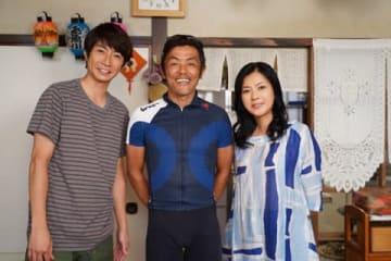 人気グループ「嵐」の相葉雅紀さん(左)が主演を務めるドラマスペシャル「絆のペダル」のクランクアップの模様(C)日本テレビ