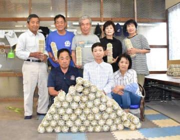 住吉南小の児童に使ってもらおうと、手製の「俵」を作った「日平俵踊り保存会」の会員