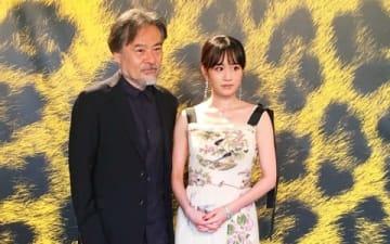 「ロカルノ映画祭」のクロージング作品に選ばれた「旅のおわり 世界のはじまり」の上映会に出席した黒沢清監督(左)と前田敦子さん(C)2019「旅のおわり世界のはじまり」製作委員会/UZBEKKINO